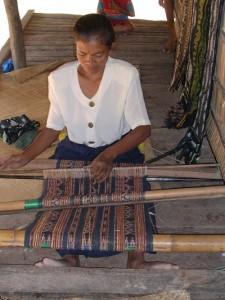 Penenun asli dari Ledetadu menenun selendag worapi