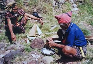 Dua anggota Dewan Jingi tiu, Maukia (kanan) dan Latia (kiri) selama upacara kowa pèda (untuk mengusir penyakit)